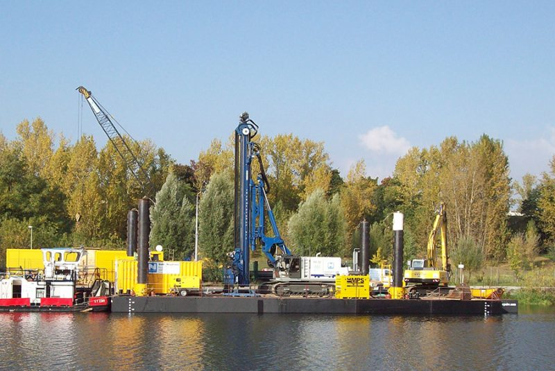 Piling- and drilling barge